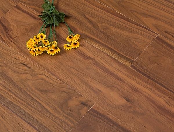 选择哪种木地板进行装饰? 实木,强化,多层实木或三层实木哪个更好?